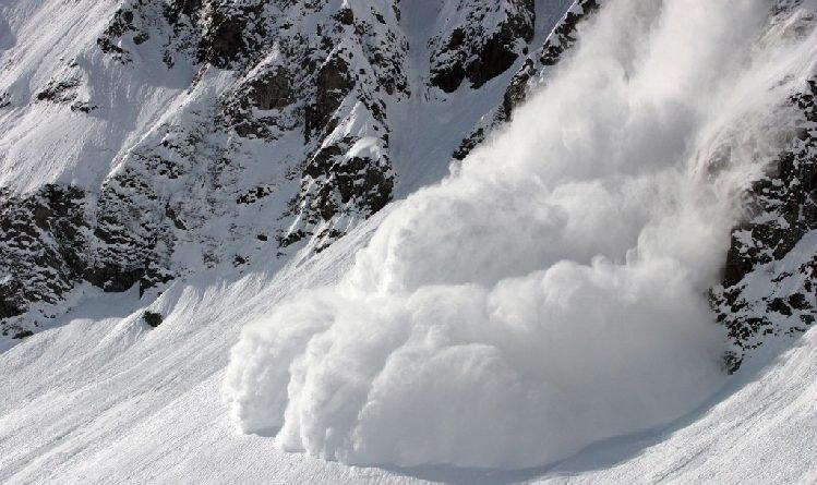 У Карпатах на дорогу зійшла лавина: двометрова снігова гора заблокувала трасу